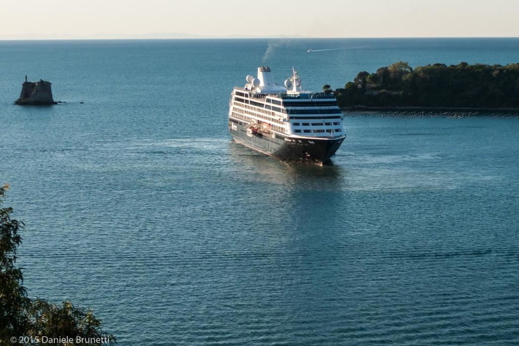 Portovenere (SP), 10.09.15 ore 7:42 - Chiazza in mare e nave Azamara Quest