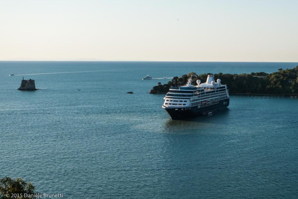 Portovenere (SP), Portovenere (SP), 10.09.15 ore 7:48 - Chiazza in mare e nave Azamara Quest