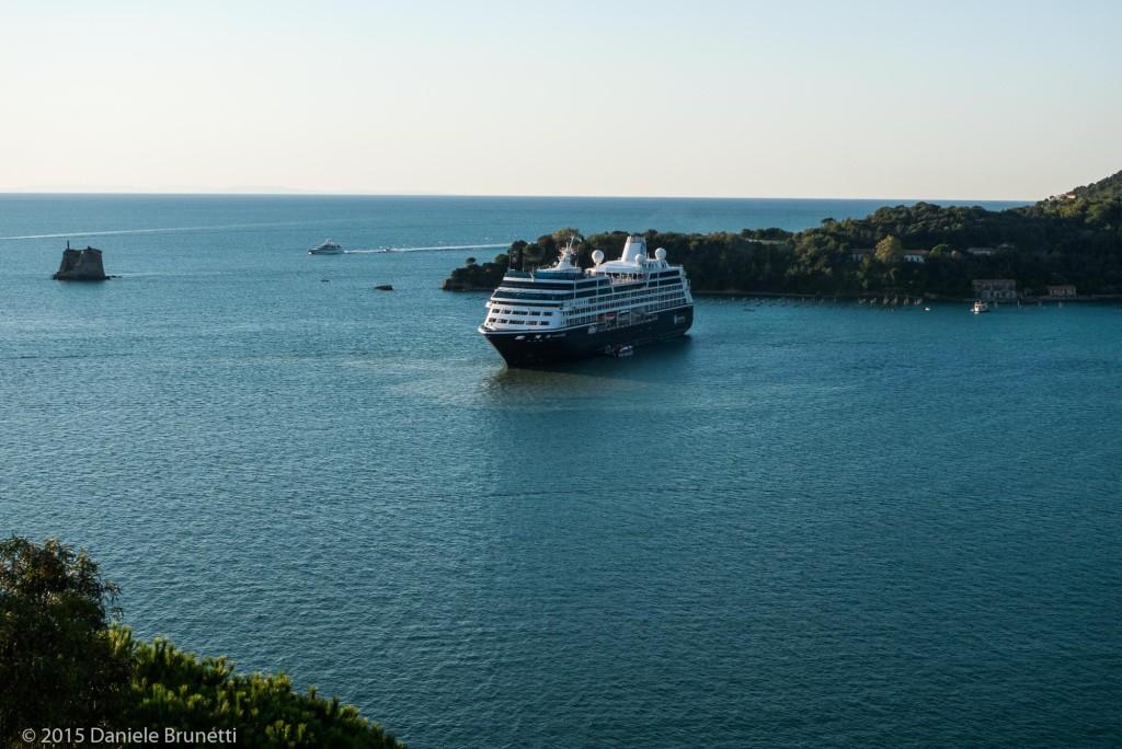 Portovenere (SP), Portovenere (SP), 10.09.15 ore 7:49 - Chiazza in mare e nave Azamara Quest